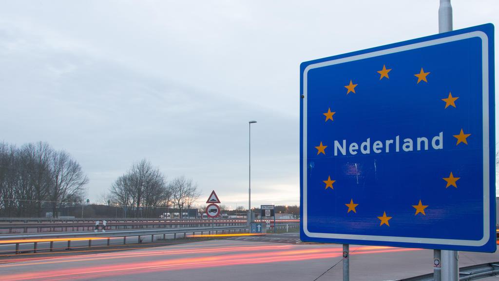 """Ein Schild mit der Aufschrift """"Nederland"""" aufgenommen am 10.03.2017 am deutsch-niederländischen Grenzübergang bei Gildehaus (Grafschaft Bentheim, Niedersachsen). Viele Niederländer leben in Deutschland nahe der deutsch-niederländischen Grenze. Am 15."""