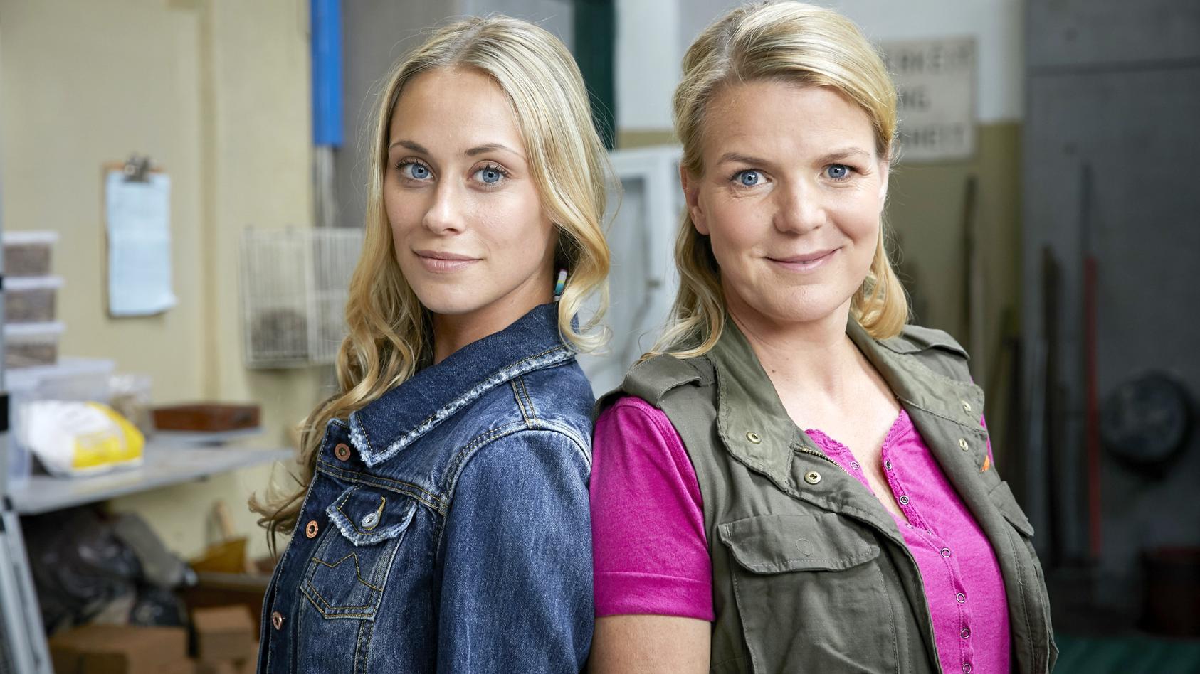 Die Schwestern Toni (Sina Tkotsch, l.) und Eva (Mirja Boes).