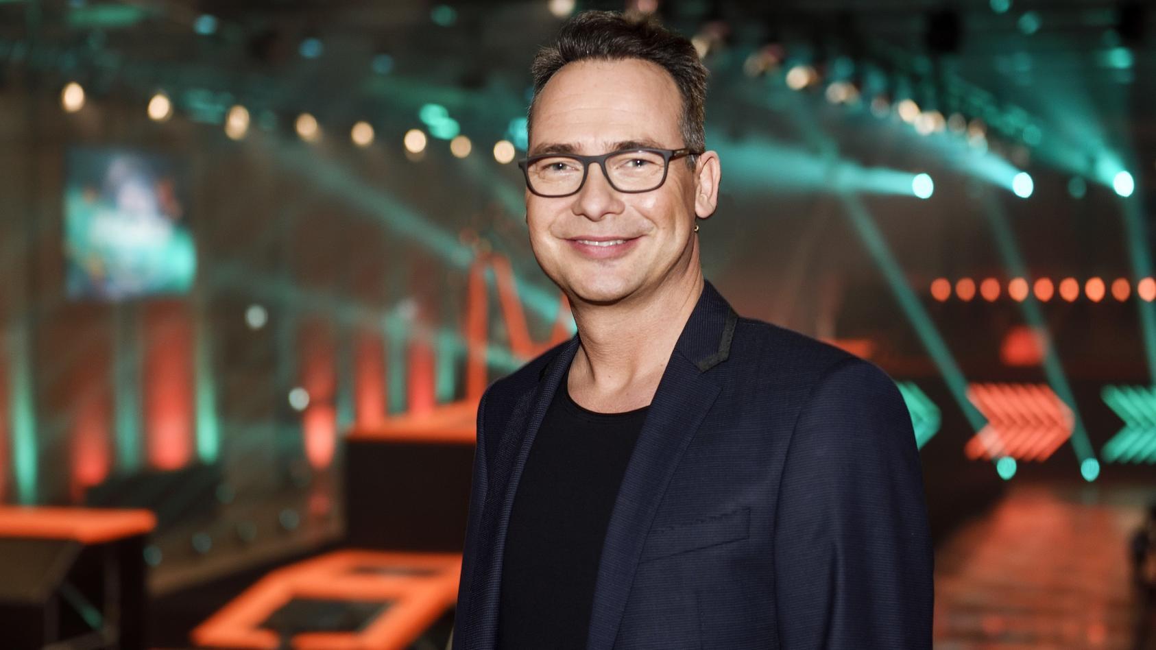 """Matthias Opdenhövel moderiert die neue Trampolin Show """"Big Bounce""""."""