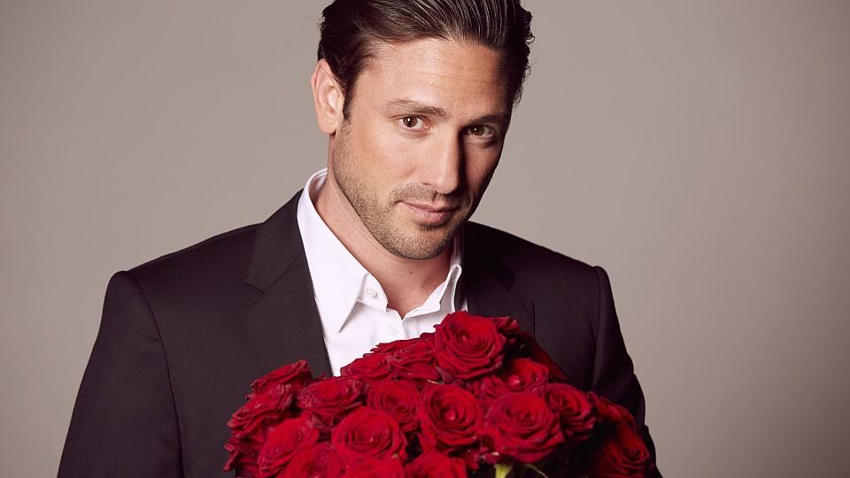 Der Bachelor Daniel Völz hat die Qual der Wahl: Zu welchen romantischen Begegnungen wird es kommen? Welchen Damen gelingt es, die Konkurrenz auszustechen und den Bachelor um den Finger zu wickeln?