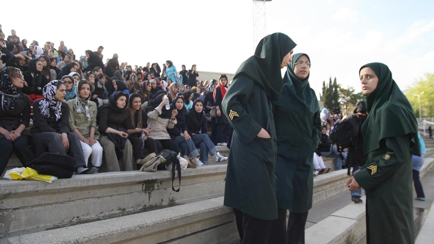 Verschleierte Frauen besuchen ein Fußballspiel (Symbolfoto).