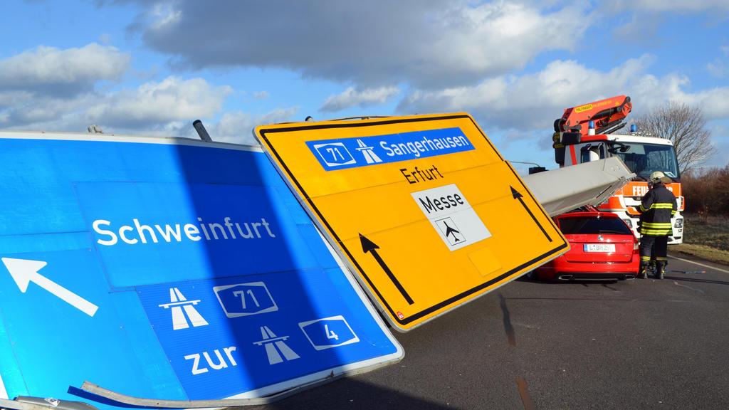 Ein Verkehrsschild ist am 18.01.2018 auf der Bundesstraße 7 bei Erfurt (Thüringen) durch das Sturmtief «Friederike» auf ein Auto gestürzt.Verletzt wurde bei dem Unfall niemand. Durch den Unfall kommt es zu einer Vollsperrung. Foto: Wi