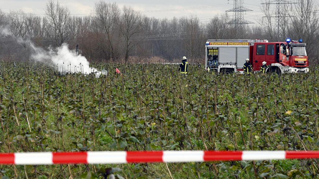 Feuerwehrleute sichern am 23.01.2018 eine Unfallstelle bei Philippsburg (Baden-Württemberg). Nach ersten Polizeiangaben sind ein Kleinflugzeug und ein Hubschrauber in der Luft zusammengestoßen. Dabei seien vier Menschen ums Leben gekommen. (zu dpa: «