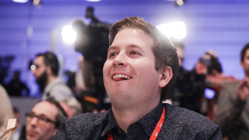 Der Juso-Bundesvorsitzende Kevin Kühnert lächelt am 21.01.2018 beim SPD-Sonderparteitag in Bonn (Nordrhein-Westfalen).
