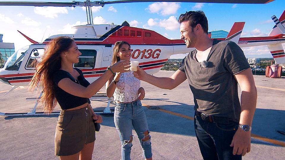 Samira (l.) und Yeliz (r.) dürfen sich über das letzte Date in Miami freuen: Ein Hubschrauberflug über Miami steht auf dem Plan.