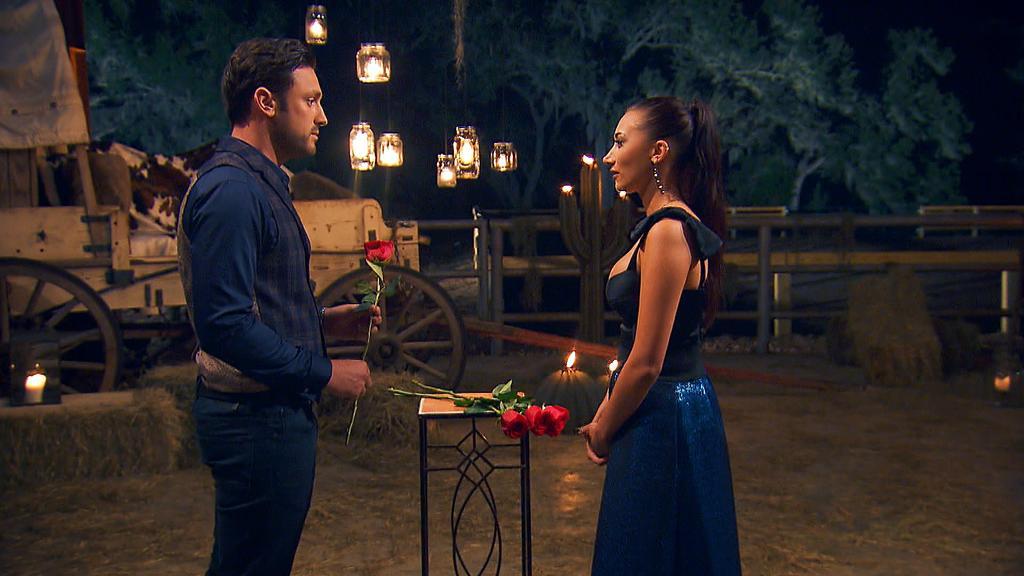 Samira verweigert in Woche sechs die Rose vom Bachelor.