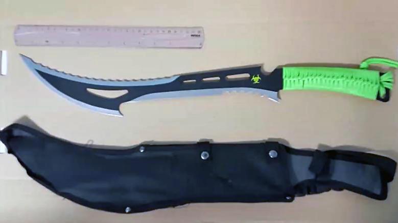 Beschlagnahmte Messer bei Razzia in Großbritannien