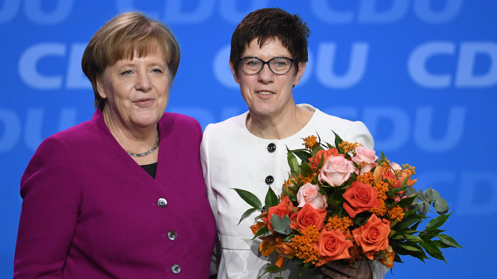 Bundeskanzlerin Angela Merkel (CDU, l) steht neben Annegret Kramp-Karrenbauer (CDU), Ministerpräsidentin im Saarland, nach ihrer Wahl zur CDU-Generalsekretärin beim 30. Parteitag der Christlich Demokratischen Union Deutschlands (CDU). Foto: Ralf Hirs