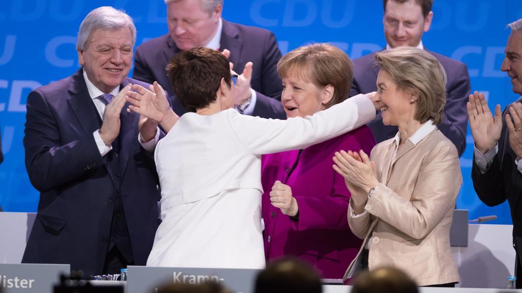 26.02.2018,Berlin,Deutschland,GER, 30. Parteitag der CDU Deutschlands. Bewerbungsrede zum Amt der Generalsekretärin der CDU. Annegret Kramp-Karrenbauer mit 98,87 Prozent zur neuen Generalsekretärin gewählt. BK Angela Merkel, BM Ursula von der Leyen *