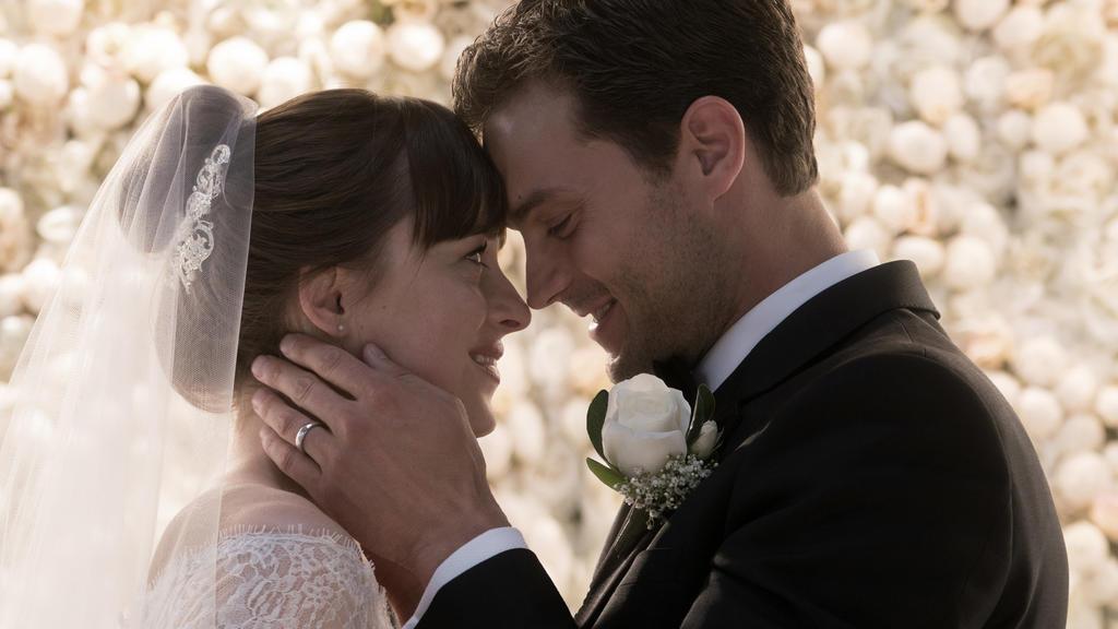 """HANDOUT - Undatiert: Dakota Johnson und Jamie Dornan in einer Szene des Films «Fifty Shades of Grey - Befreite Lust». Der Film kommt am 08.02.2018 in die deutschen Kinos. (zu dpa """"Dritter «Fifty Shades of Grey» an Spitze von Nordamerikas Kinocharts"""""""