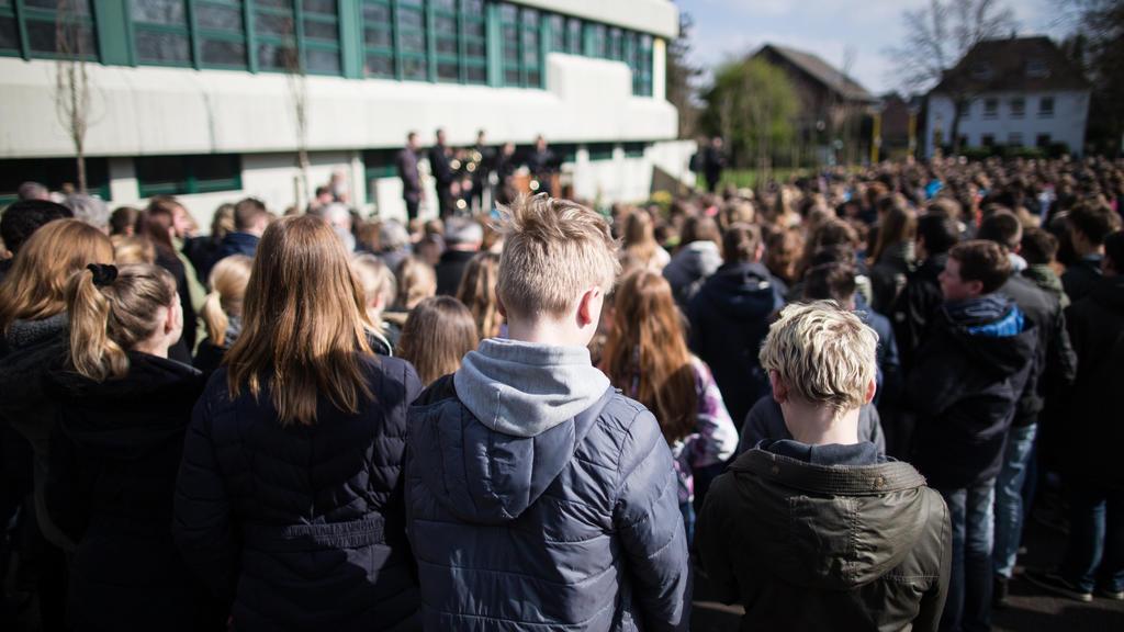 ARCHIV - 24.03.2017, Nordrhein-Westfalen, Haltern: Schüler stehen am Joseph König Gymnasium bei einer Gedenkfeier vor einer Gedenktafel.  (zu dpa vom 24.03.2018) Foto: Marcel Kusch/dpa +++ dpa-Bildfunk +++