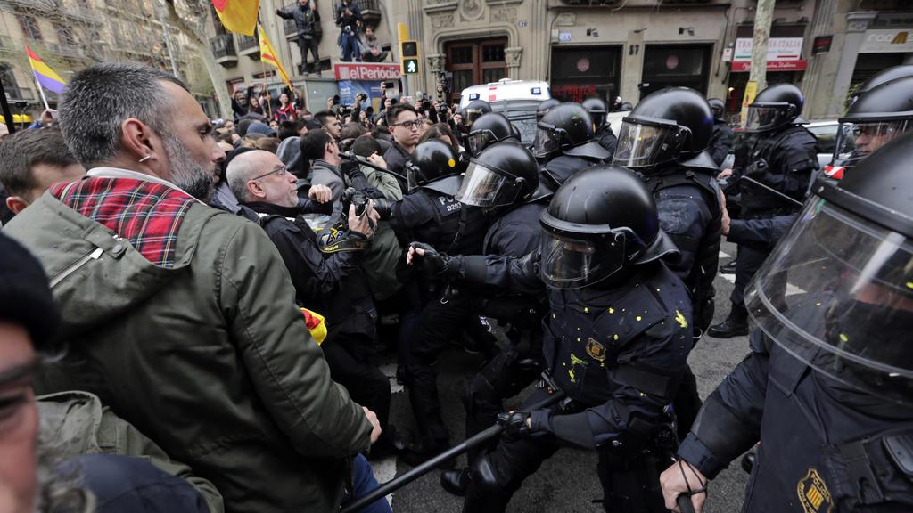 25.03.2018, Spanien, Barcelona: Polizisten stoßen mit Demonstranten zusammen, die für die Unabhängigkeit Kataloniens sind, und inRichtung des spanischenRegierungsgebäudes marschieren. Die Demonstranten verlangen die Entlassung katalanischer Politik