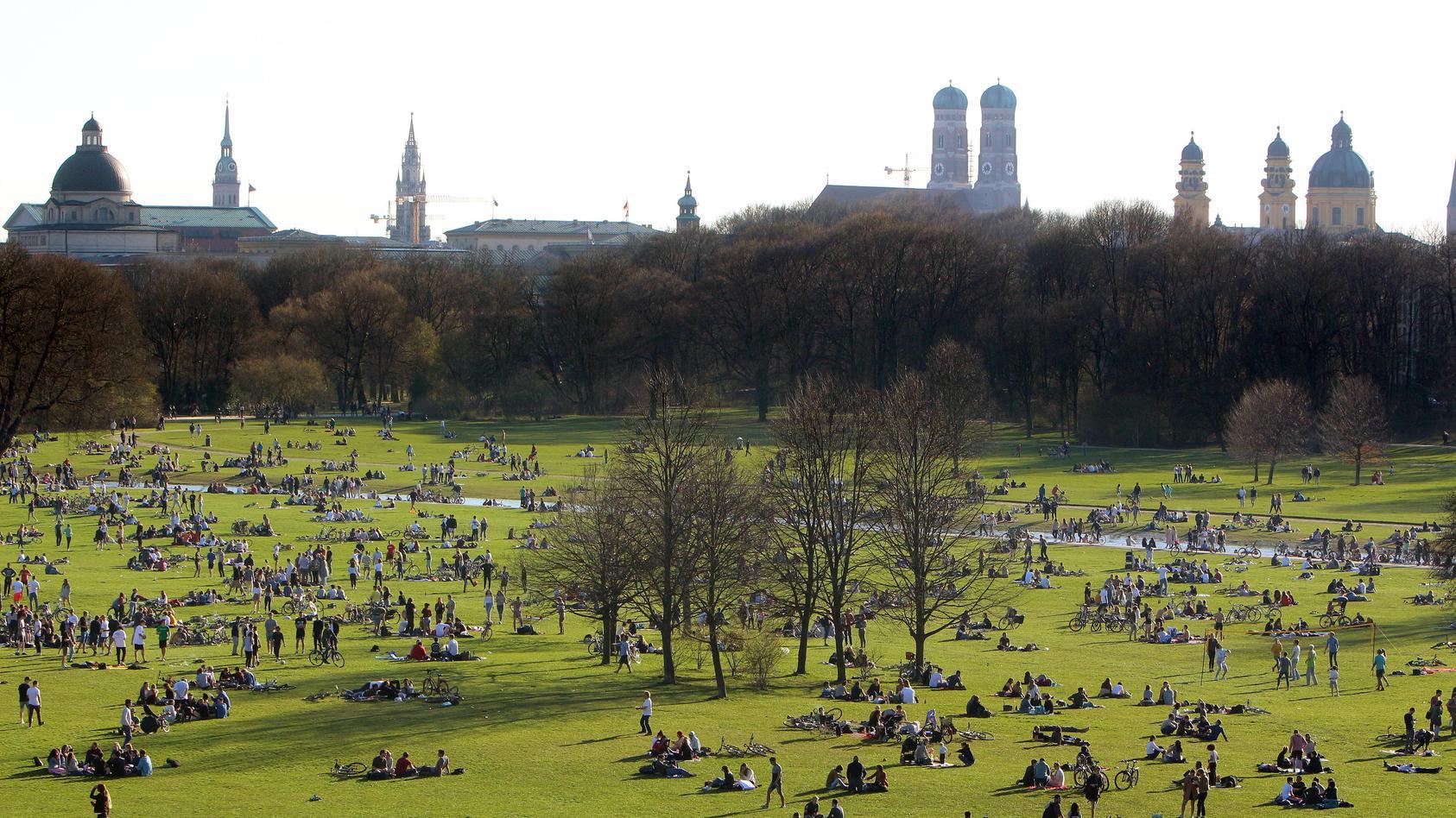 Im Englischen Garten in München ist am Samstag ein Streit zwischen Jugendlichen und der Polizei eskaliert.
