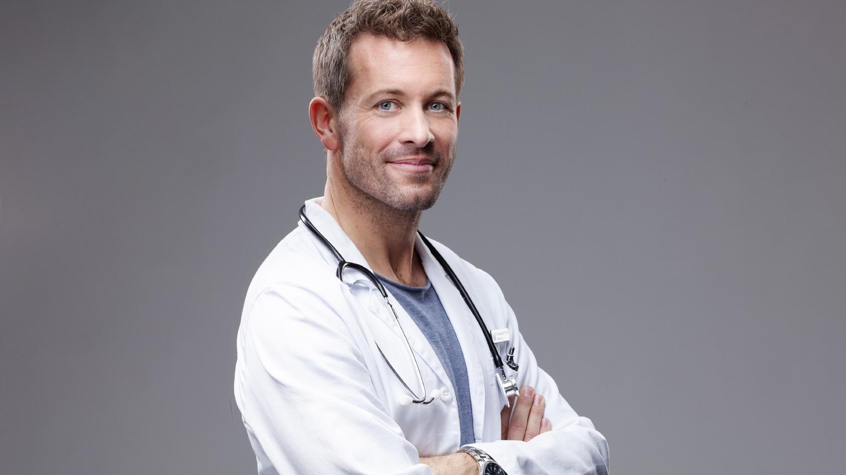 """Jan Hartmann spielt den Arzt Dr. Alex Rode in """"Lifelines""""."""