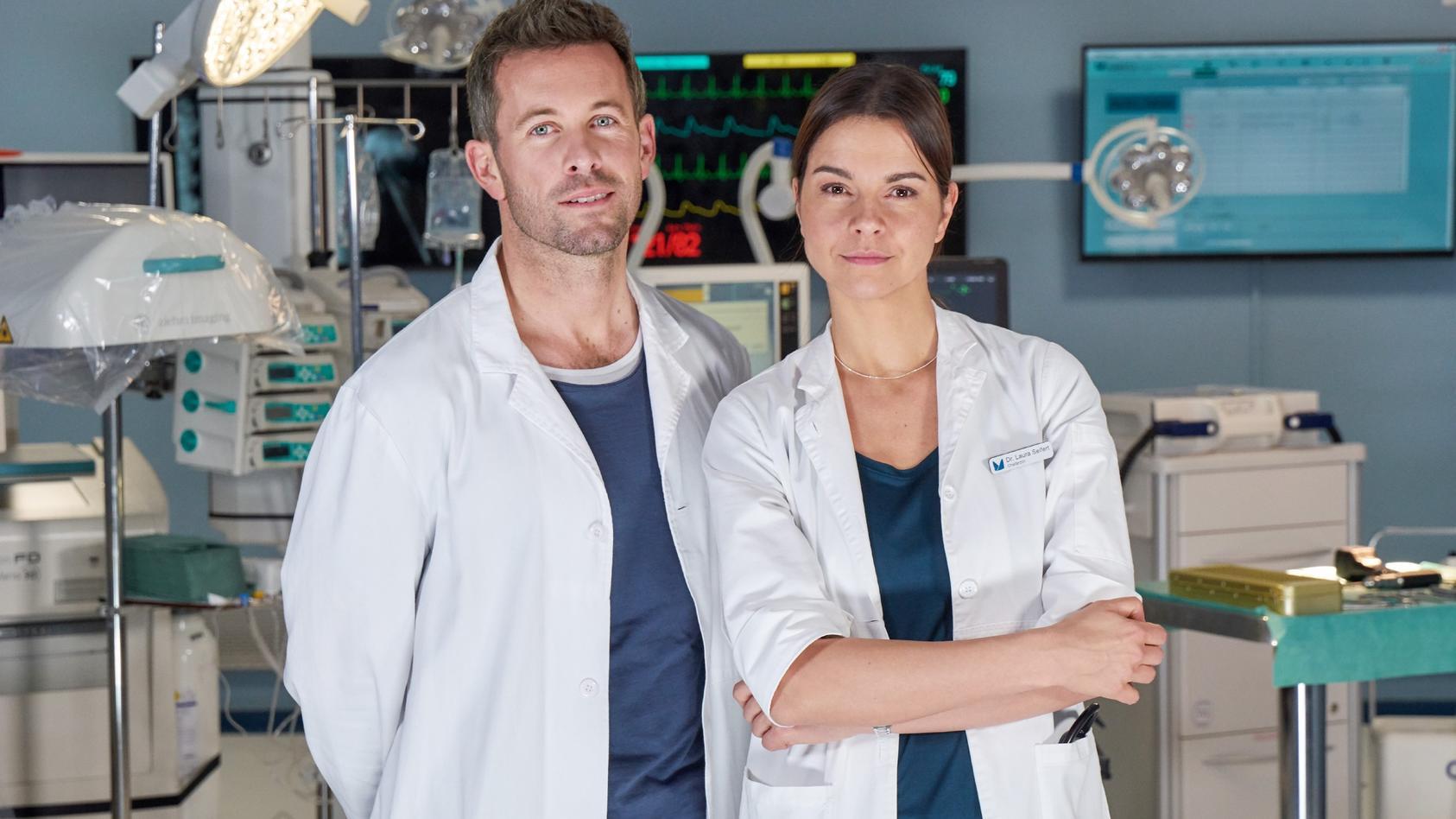 """Schauspielerin Susan Hoecke spielt die Oberärztin Dr. Laura Seifert in """"Lifelines""""."""