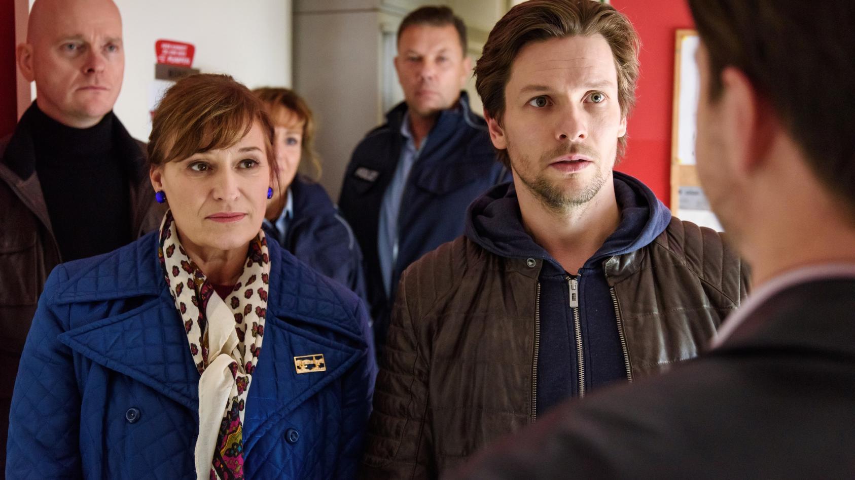 Yasmina (Andreja Schneider) steht ihrem Boss Hannes Beck mit Rat und Tat zur Seite