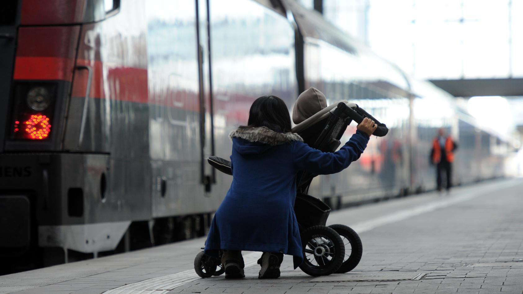 Am Bahnhof in Stuttgart hat eine fremde Frau versucht, ein Kind aus seinen Kinderwagen zu nehmen. (Foto: Motivbild)