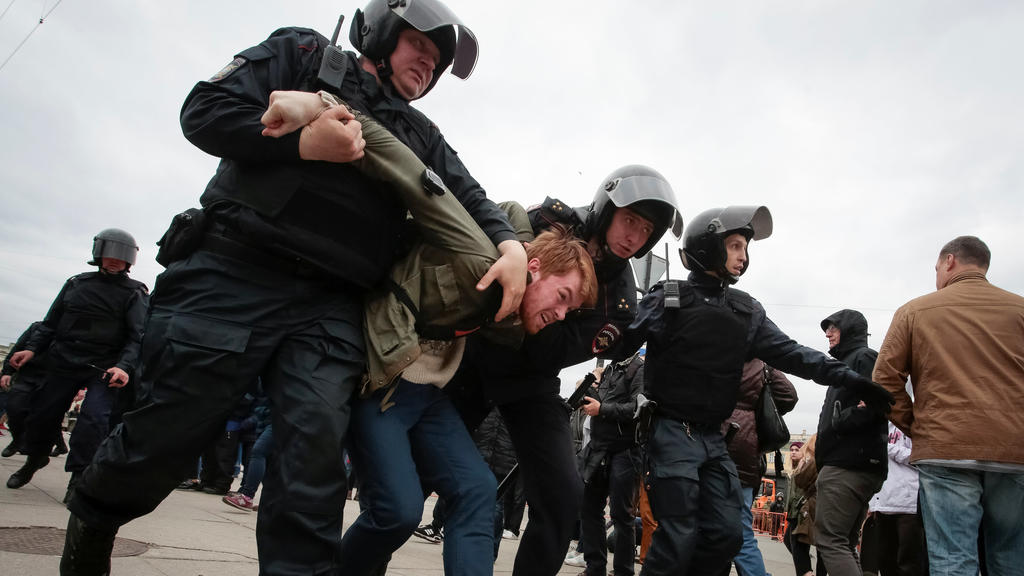 Policemen detain an opposition supporter during a protest ahead of President Vladimir Putin's inauguration ceremony, in St. Petersburg, Russia May 5, 2018.  REUTERS/Anton Vaganov