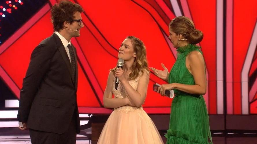 """DSDS-Gewinnerin Marie Wegener (Mitte) mit den """"Let's Dance""""-Moderatoren Victoria Swarovski und Daniel Hartwich."""