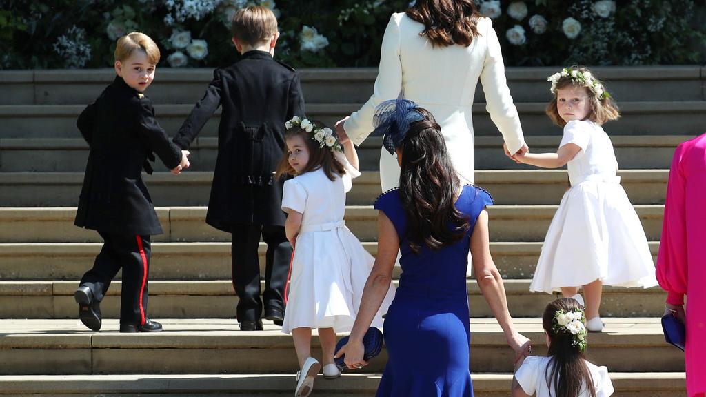19.05.2018, Großbritannien, Windsor: Herzogin Kate (oben, 3.v.l) kommt mit den Blumenkindern, unter anderen Prinz Georg (oben,l) und Prinzessin Charlotte (3.v.l) zur Hochzeit von Harry und Meghan.  Prinz Harry of Wales hat Meghan Markle geheiratet. F