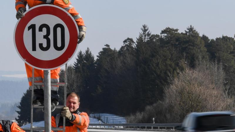 An der Autobahn A81 wird ein Verkehrsschild mit dem Tempolimit von 130 km/h montiert. Foto: Patrick Seeger/Archiv