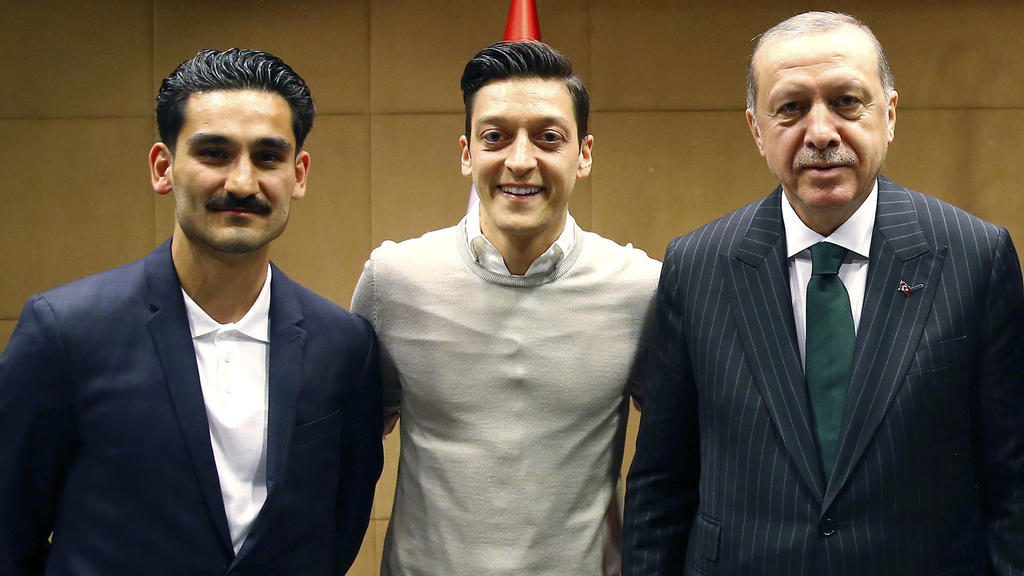 Recep Tayyip Erdogan, Staatspräsident der Türkei, mit den  Premier League  Fußballspielern Ilkay Gündogan (l.),  Mesut Özil