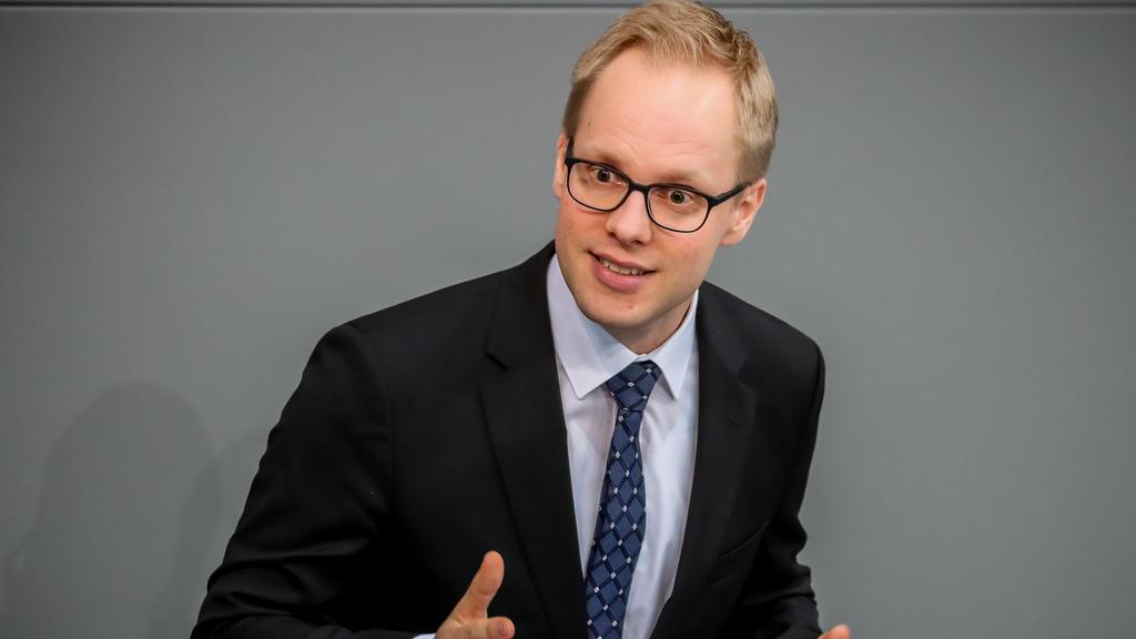 26.04.2018, Berlin: Jens Brandenburg (FDP), spricht im Plenum im Bundestag bei der Debatte zum Berufsbildungsbericht 2018. Foto: Michael Kappeler/dpa +++ dpa-Bildfunk +++
